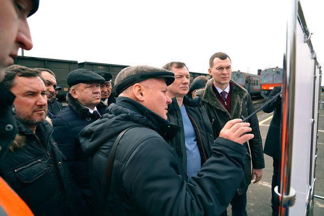Директор АО «Дальгипротранс» Алексей Лобов рассказывает участникам делег....jpg