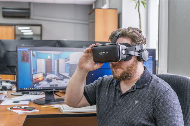 Инженер АО Дальгипротранс Иван Плесовских проверяет BIM-модель изнутри.jpg